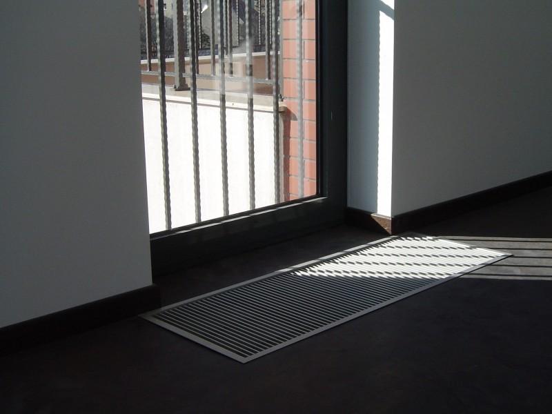 Ventiloconvector de pardoseala RADOX RCF - exemplu de montaj la usi de balcon frantuzesc